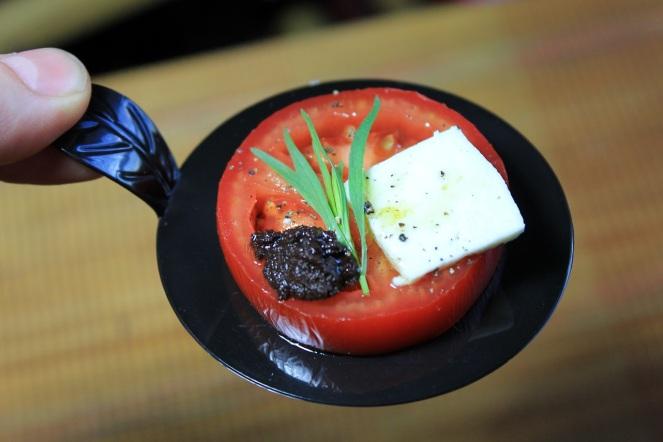 Salade grecque revisité - tomage feta tapenade d'olive et estragon - Hungry Rachel