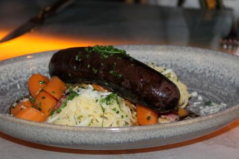 Boudin noir rôti et carbonara de navet, spaghettis de navet, crème, lardons, parmesan, sauce au xérès et carottes nantaises RESTAURANT VERSA - Hungry Rachel