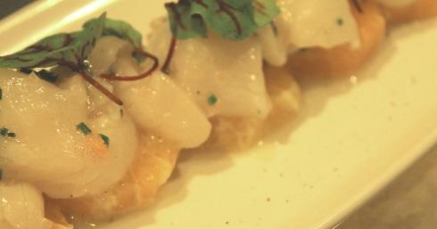 Tartare de pétoncles des Îles-de-la-Madeleine, vinaigrette citron, émincé de clémentine - RESTAURANT VERSA - Hungry Rachel
