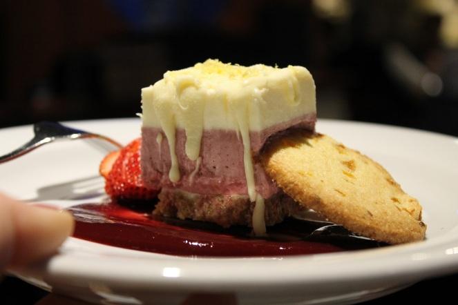Restaurant L'Intimiste mousse au chocolat blanc et mûres - Hungry Rachel